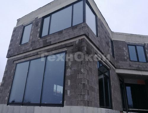 Пластиковые окна Veka spectral и алюминиевый витраж Alutech Alt F50